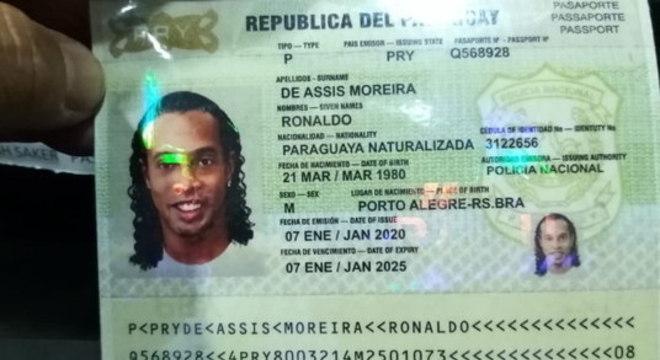 Ministério Público do Paraguai  exibe o passaporte falso de Ronaldinho