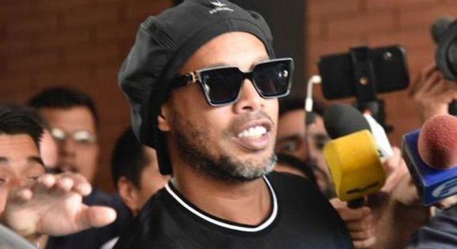 Apesar do passaporte falso, Ronaldinho se livra de punição no Paraguai