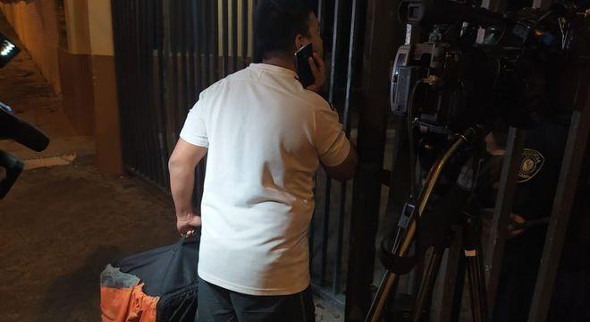 Chegam os hambúrgueres para Ronaldinho e Assis. Fugindo da comida da cadeia