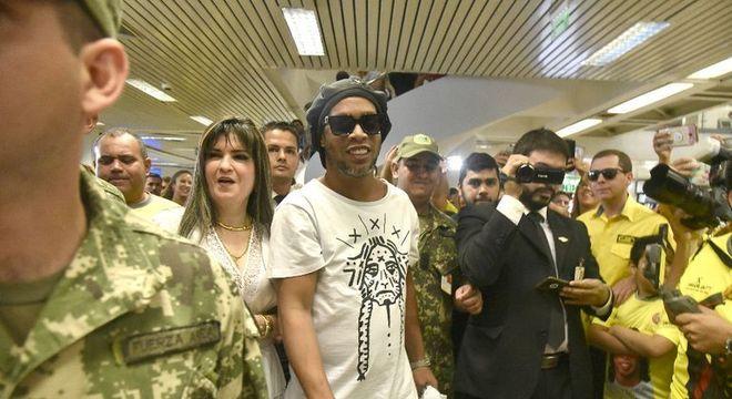 Dália, ao lado de Ronaldinho. Arquitetou os passaportes falsas. Está foragida