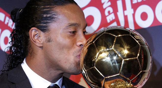 O jogador Ronaldinho merece homenagem. O homem é normal, com falhas