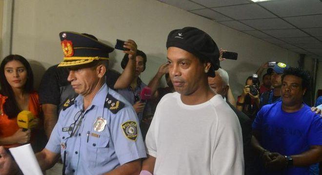 Nada de prisão domiciliar. Ronaldinho segue na cadeia. Paraguai teme fuga
