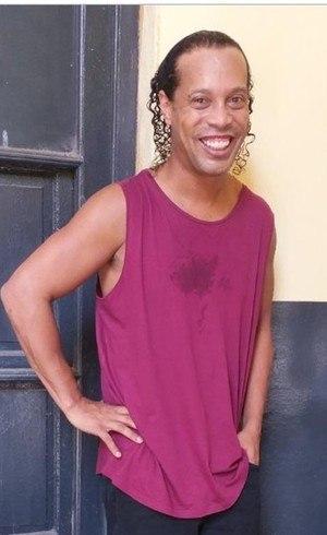 Ronaldinho continua detido