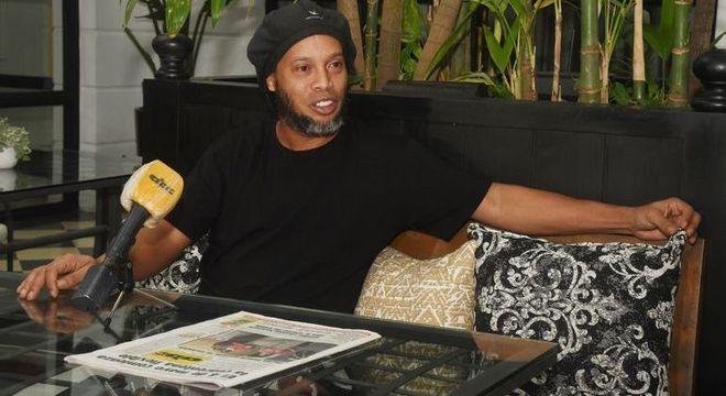 Preso, Ronaldinho paga  o preço de seguir cegamente o irmão Assis