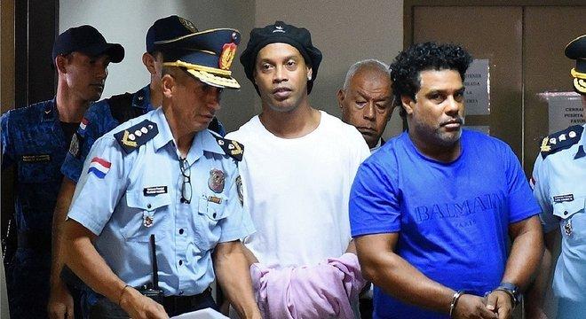 Governo brasileiro não quer se envolver. Não sabe se Ronaldinho é inocente