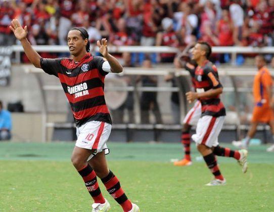 Ronaldinho Gaúcho: após passagem de alto nível pelo Flamengo no seu primeiro retorno ao futebol brasileiro, defendeu outras equipes e foi para o Fluminense em negociação com o Querétaro, do México para jogar pelo maior rival do Mengão.