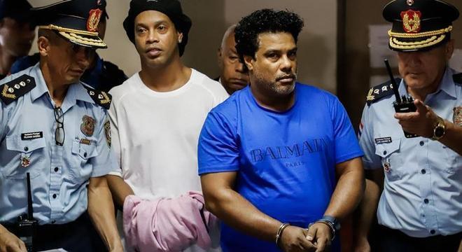 Ronaldinho Gaúcho e Assis algemados, presos há cinco meses e seis dias