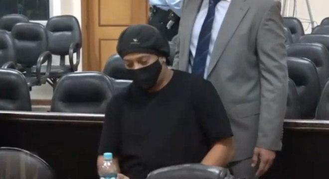 Ronaldinho na audiência em que foi liberado na tarde da última terça-feira