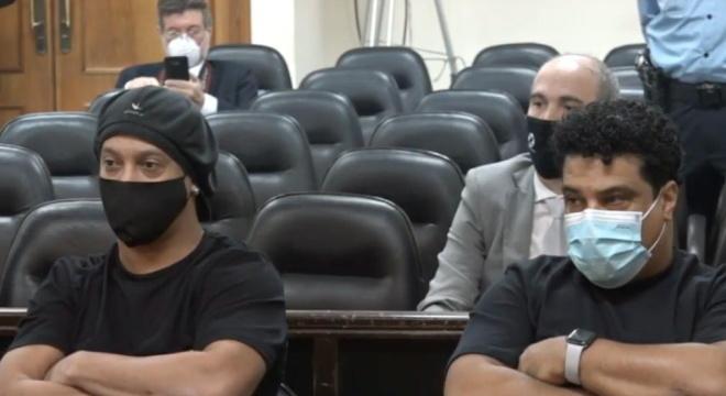Ronaldinho e Assis pagaram multa e agora estão agora em liberdade condicional