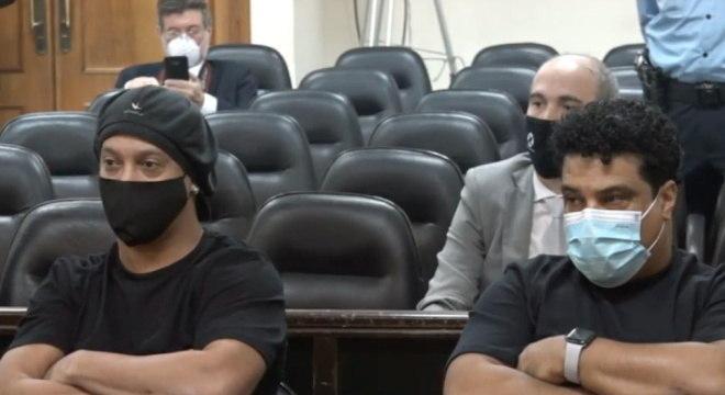 Ronaldinho Gaúcho e Assis pagaram multa e agora estão agora em liberdade condicional