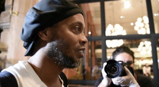 Ronaldinho está em hotel de luxo desde o dia 6 de abril, em prisão domiciliar