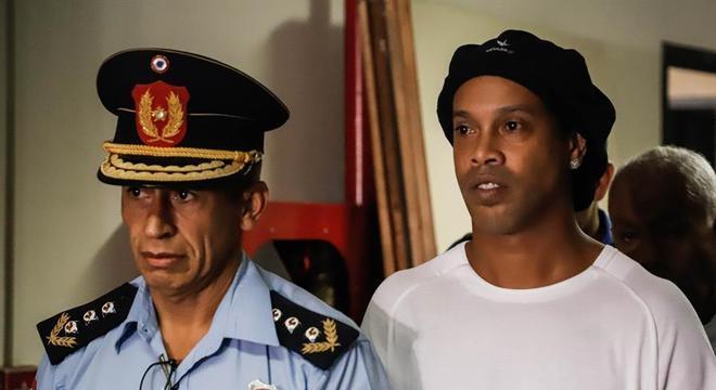 Ronaldinho foi detido no Paraguai na sexta-feira (6)