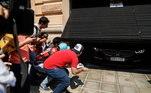 Ronaldinho e Roberto Assis deixaram o hotel Palmaroga, no centro de Assunção, no Paraguai, próximo das 12h30. Os fãs esperavam ansiosos para se despedir do brasileiro