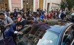 Dezenas de pessoas se aglomeraram em volta do carro em que estava Ronaldinho e Assis