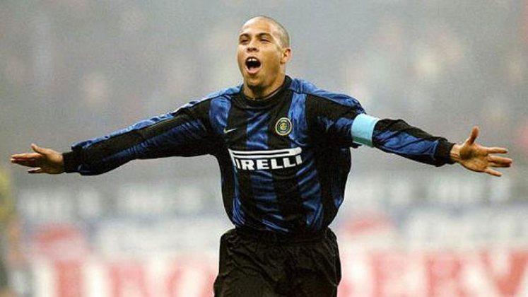 Ronaldo - Do Barcelona para a Inter de Milão (1997) - Valor: €26,5 milhões - Após se destacar na Espanha, foi para a Internazionale para ser a grande peça de ataque do time e escreveu o seu nome na história do futebol