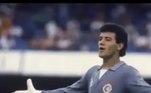 Com a saída de Waldir, Carlos ficou mais tranquilo no posto e foi titular durante quase toda a campanha do Corinthians no Paulista de 1988, quando a equipe foi campeã. Mas, na reta final, se contundiu e foi substituído pelo jovem Ronaldo, que se tornou titular na final contra o Guarani, mostrou qualidade, personalidade e ganhou a posição, tornando-se um dos maiores goleiros da história do clube e sendo convocado para a seleção brasileiraVeja também:Neymar, Casemiro e Cebolinha: saiba jogos preferidos dos craques