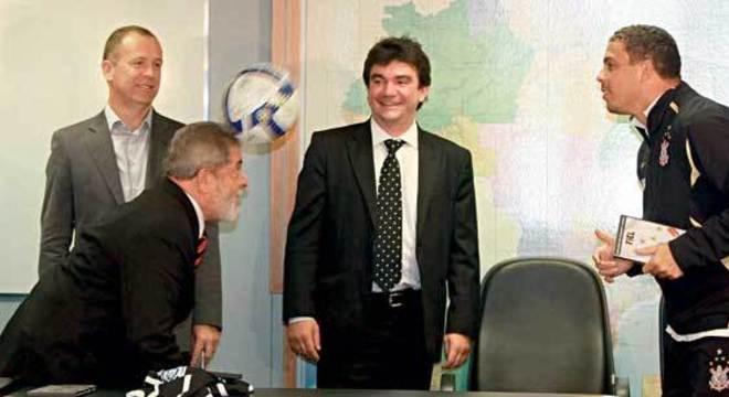 Mano, Lula, Andrés e Ronaldo. O dirigente aproximou o jogador do ex-presidente
