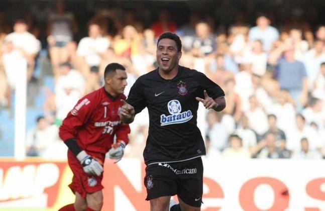 Ronaldo - Santos 1 x 3 Corinthians - 2009 - Era o primeiro jogo da final do Paulistão. O Timão já vencia por 2 a 1, quando Ronaldo marcou um gol impressionante. Ele recebeu lançamento, driblou a marcação de letra e tocou por cobertura, fechando o placar e calando a torcida santista.
