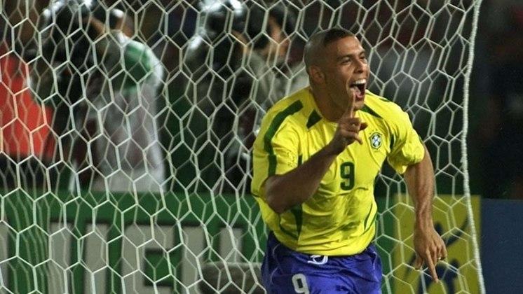 Ronaldo vestiu a amarelinha 98 vezes e foi decisivo na final de 2002. Com o corte