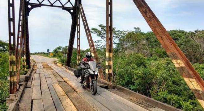 Ponte construída EFMM, hoje utilizada para passagem de veículos