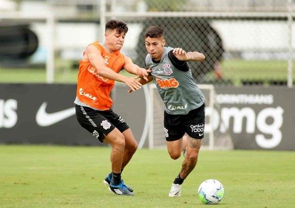 Roni e Gabriel Pereira, duas promessas da base corintiana, que já fazem parte do elenco principal, disputam a bola no treino desta sexta-feira.