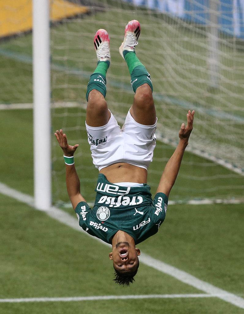 Rony comemorando seu gol. O quinto, no massacre, contra o pobre Tigre
