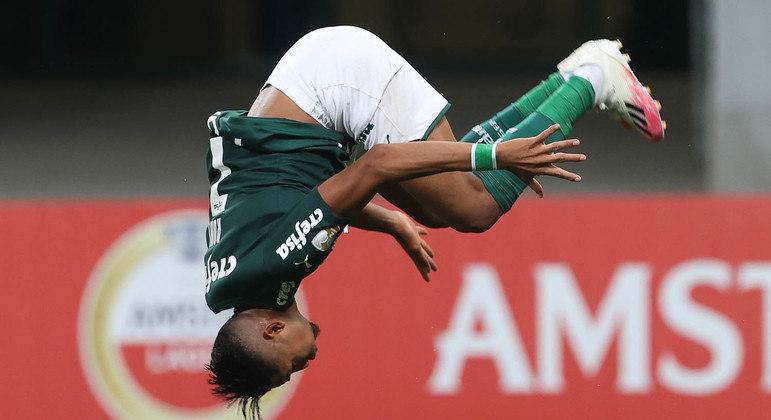 Rony, de ponta cabeça, comemora seu segundo gol. Palmeiras titular massacrou