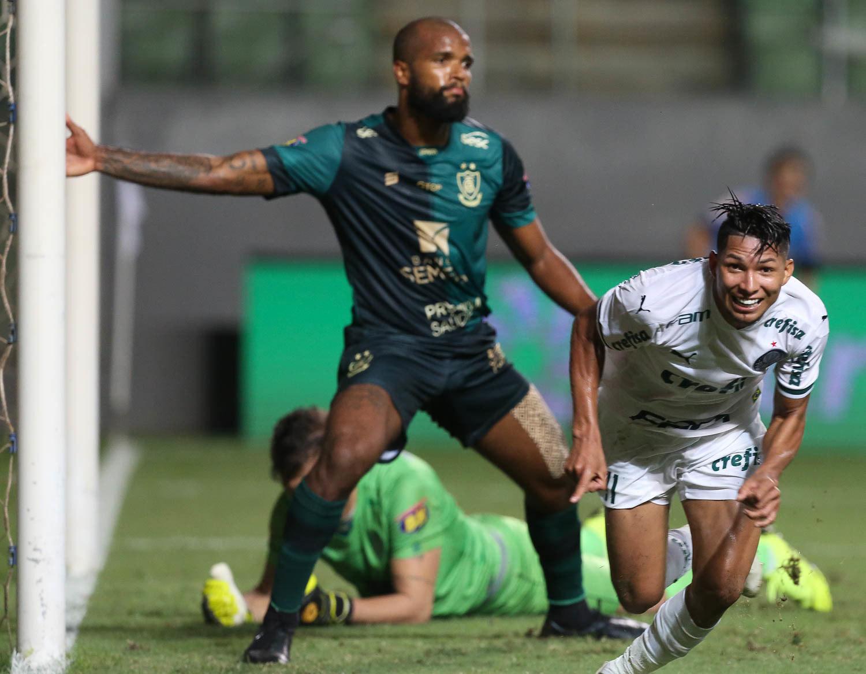 Rony comemora o segundo gol. Abel ajustou o Palmeiras no intervalo