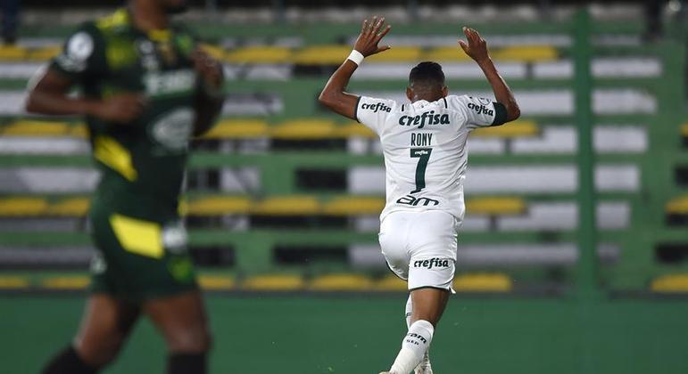 Rony, com muito oportunismo, fez o primeiro gol do Palmeiras no jogo