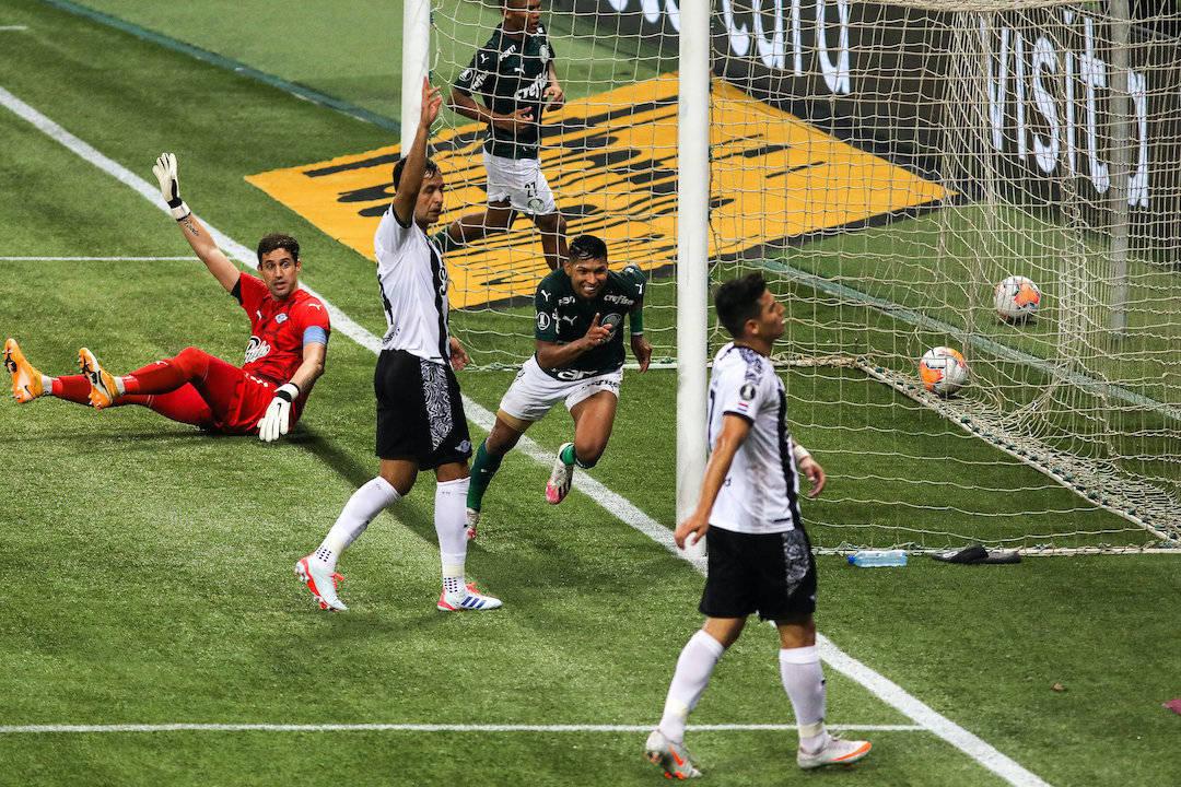 Rony marca o segundo gol. Libertad não conseguiu travar a intensidade palmeirense