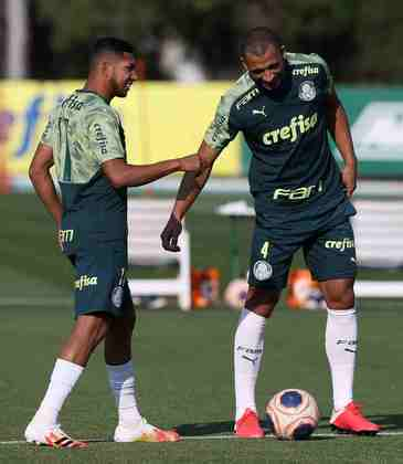 Rony, que torceu o tornozelo, apareceu na atividade ao lado de Vitor Hugo.