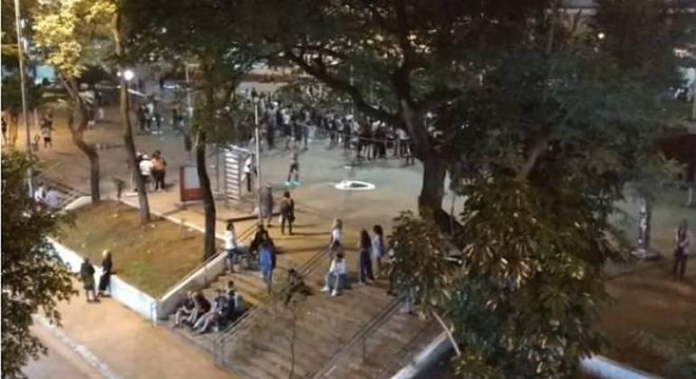 Vizinhos registraram a aglomeração e acionaram a polícia