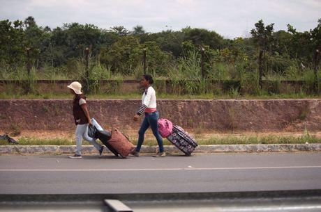 Venezuelanas caminham pela rodovia em Boa Vista