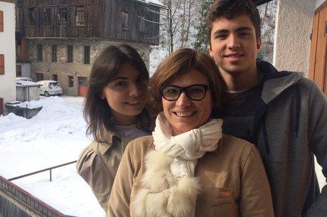 Rosa Maria (centro) se mudou com os filhos e o marido para vilarejo italiano para obter a cidadania