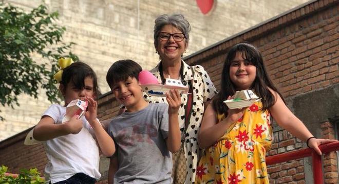 Rosangela Marcondes com os netos Júlia, Lucas e Catarina