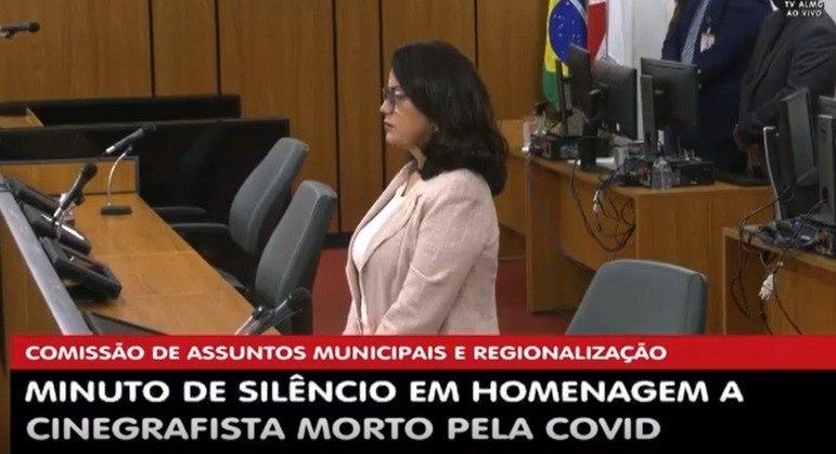 """Deputada alegou """"incômodo"""" para retirar máscara no plenário fechado"""