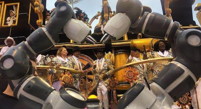 Desfile da Rosas de Ouro teve até robô fazendo coraçãozinho