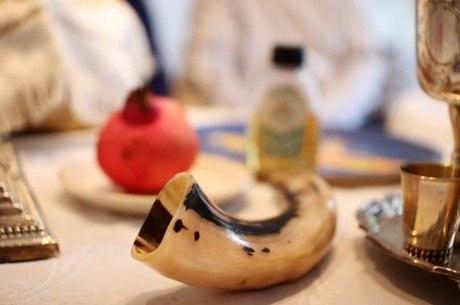 Shofar (chifre de carneiro), romã e mel estão nos rituais