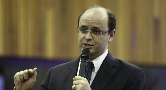 Profissional armado em escola não é solução, diz Rossieli Soares