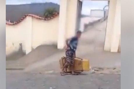 Vídeo mostra o homem com o caixão
