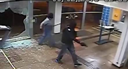 Assaltantes invadindo banco
