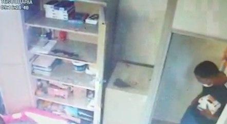 Câmera registra roubo de celulares em loja de SP