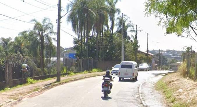Dupla foi baleada após veículo cair em valeta na estrada Olaria, em Guarulhos