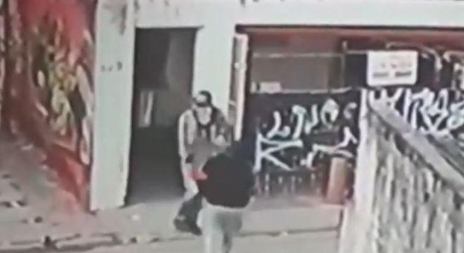 Suspeito levaram dois cofres com R$ 20 mil, munições e quatro armas