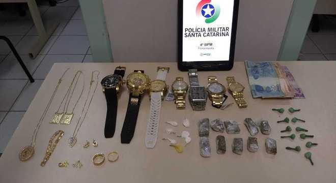 Três adolescentes são apreendidos com joias, drogas e dinheiro em SC