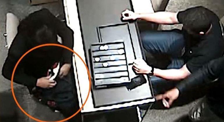 Funcionária de joalheria é obrigada pelos suspeitos a colocar produtos do mostruário em bolsas