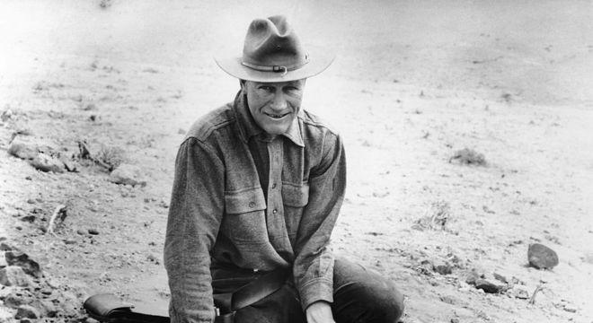 Roy Chapman Andrews examinando a primeira descoberta de fósseis de ovos de dinossauro