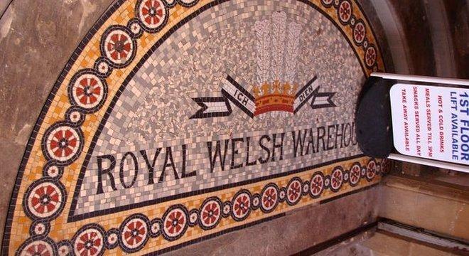 O Royal Welsh Warehouse tem detalhes que comemoram o sucesso da Rainha Victoria e Pryce Jones em exposições