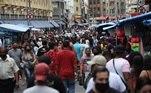 A Rua 25 de Março, na zona central de São Paulo, ficou lotada neste sábado (24), uma semana antes do feriado do Halloween. Com a capital na Fase 4 - Verde da pandemia, os comércios poderão operar com limite de 60% da capacidade, mas sem restrições de horário