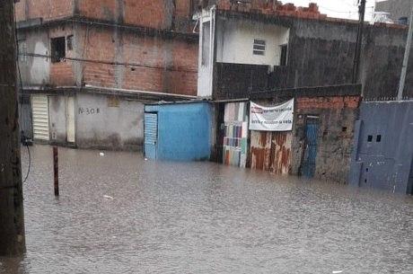 Rua Moisés José Pereira está debaixo d' água